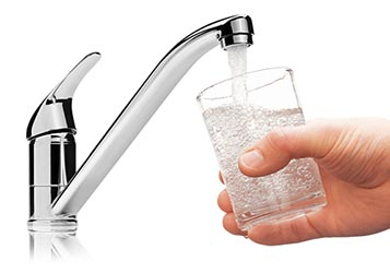 Viel Wasser zu trinken - mind. 3 Liter täglich - ist ein wichtiger Bestandteil einer Heilfastenkur.