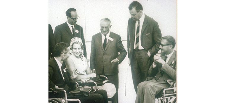"""Sir Ludwig Guttmann (Mitte) und Prof. Paeslack (rechts im Bild) beim Weltkongress für Rehabilitation. Expertentreffen """"Paraplegie"""" in Heidelberg 1966"""
