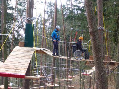 Eine der fünf Stationen des Rollstuhl-Parcours im Waldseilpark Rummelsberg