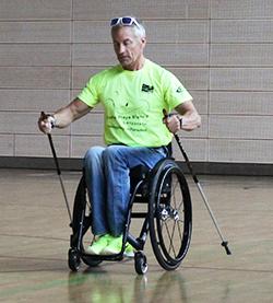 Angetrieben wird der Rollstuhl, indem man sich mit beiden Stöcken gleichzeitig vom Boden abstößt....