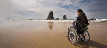 Sechs on the Beach: Mit diesen Hilfsmitteln im Rollstuhl an den Strand