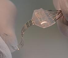 Die verwendeten flexible Materialien verhalten sich ähnlich wie lebendes Gewebe.
