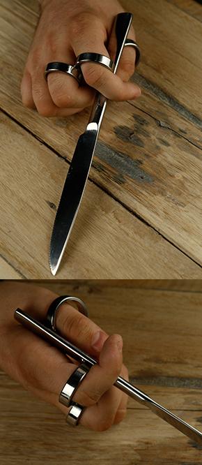 Beim Messer, das für Rechtshänder gemacht ist, ist der Ring für den Daumen an der rechten Seite. Zwei Ringe für Zeige- und Mittelfinger befinden sich links, wobei der zweite Ring nicht an den Messergriff selbst sondern an den ersten Ring geschweißt ist.