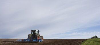 Umgebauter Traktor: Per Speziallift hoch ins Führerhäuschen