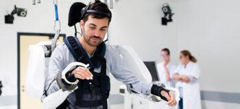 Neuartige Neuroprothese ermöglicht Tetraplegiker die Nutzung eines Exoskeletts