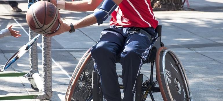 Querschnittgelähmter klagt erfolgreich: Sozialhilfeträger muss Sportrollstuhl zahlen