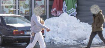 Schmale Wege, hohe Berge: Barrieren aus Schnee blockieren Rollstuhlfahrer