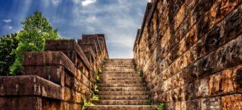 Treppen steigen im Rollstuhl: Mit Hilfsmitteln und ohne